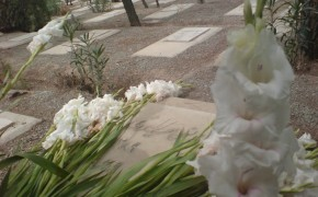 Why are burial rights being denied to a Baha'i in Iran?