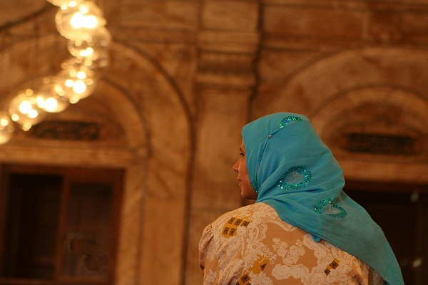 By David Dennis from Scotts Valley, CA, USA (Woman in Alabaster Mosque of Mohamed Ali in Cairo) [CC BY-SA 2.0], via Wikimedia Commons
