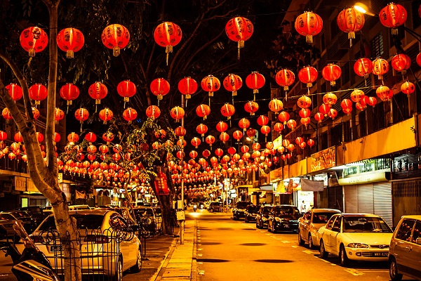 By Alexander Synaptic (Flickr: Gaya Street during Chinese New Year) [CC BY-SA 2.0], via Wikimedia Commons
