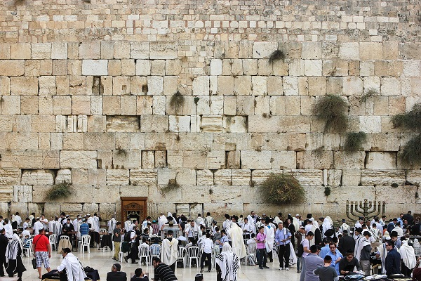 By askii (People praying at the Western Wall) [CC BY-SA 2.0], via Wikimedia Commons