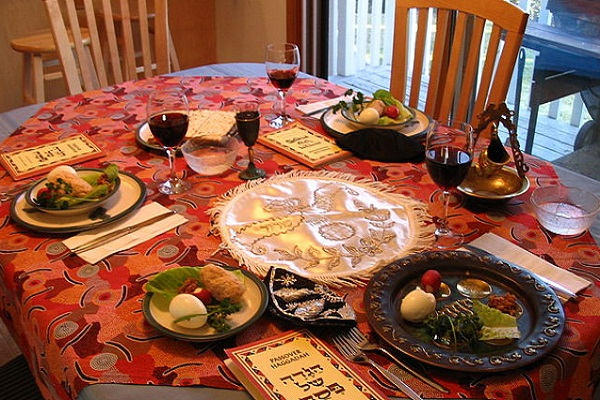 640px-A_Seder_table_setting