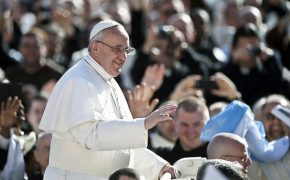 Thousands Celebrate Easter Sunday with Pope Francis