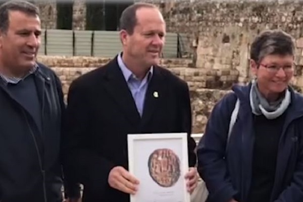 Ancient Clay Seal Discovered in Jerusalem